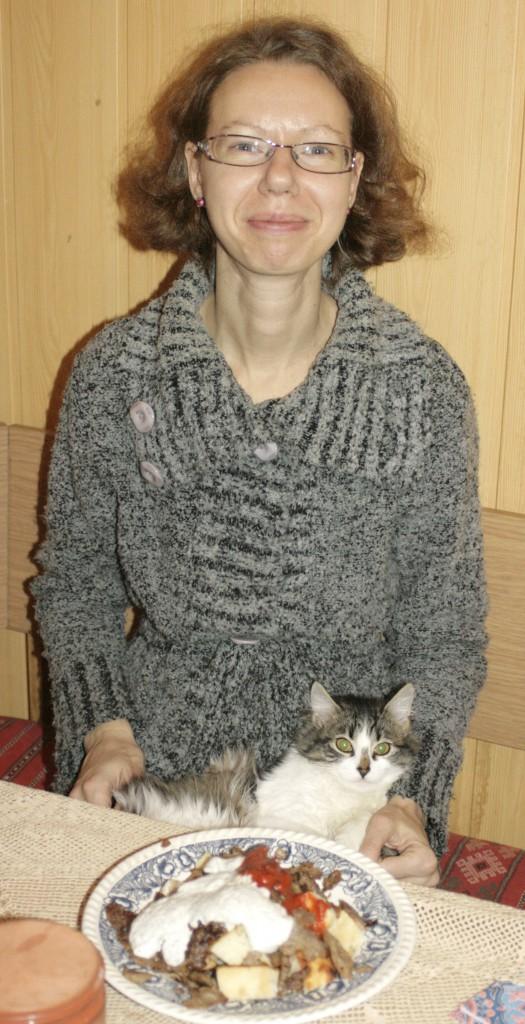 Tinklaraštininkė Elė bando ragaut Iskenderį, bet trukdo katė Baisa